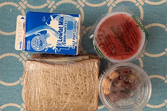 Часть пайка (бесплатного завтрака) напоминает еду в самолетах