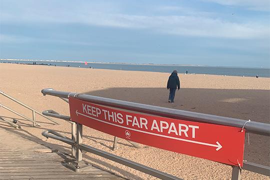 Этот баннер визуально демонстрирует какого расстояния нужно придерживаться даже во время прогулок