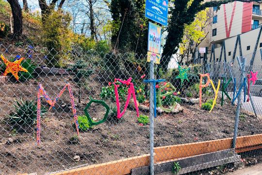 «Мойте руки». Горожане по своей инициативе украсили забор (русский район Бруклина)