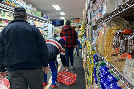 Очередь в любом магазине занимает много пространства, все соблюдают дистанцию