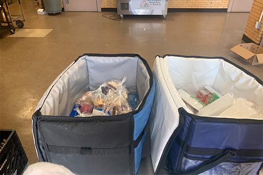 В термо-сумках лежат завтраки, можно взять любое количество (на всех членов семьи)