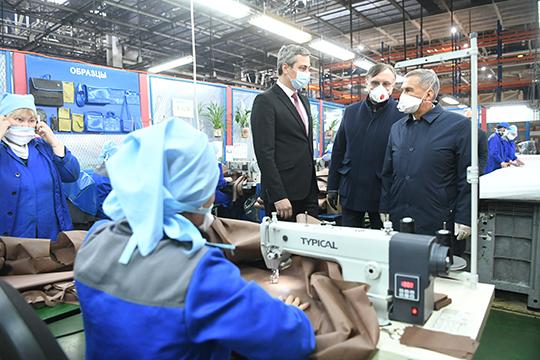 КАМАЗ начал выпускать костюмы для медиков еще месяц назад, производство наладили научастке мягкой обивки, расположенный наавтомобильном заводе
