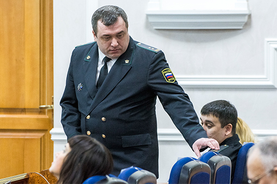 На Сергея Плющего возбудили два уголовных дела — о превышении должностных полномочий и взятке. Вину его не признали, онвышел изскандалов триумфатором