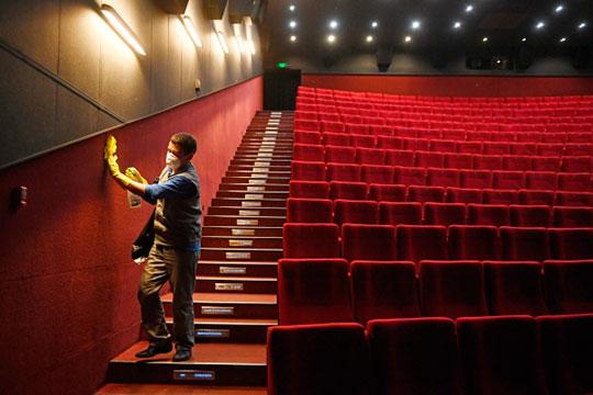 Падение трафика зрителей на 50-70% уже в марте не могло не сказаться на потребности в кадрах театров, кинотеатров, музеев и других мест культурного досуга