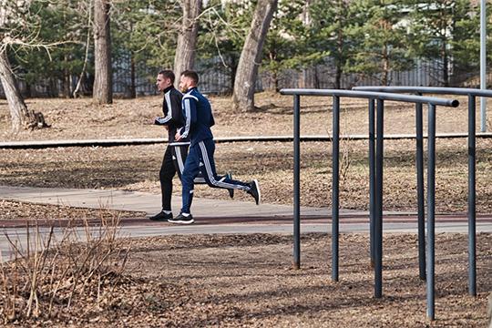 Теоретически тренироваться, бегая по городским улицам, возможно, полагает Янгиров. Бегуны до введения самоизоляции так и поступали — занимались в парках, бегали по улицам и даже по тротуарам