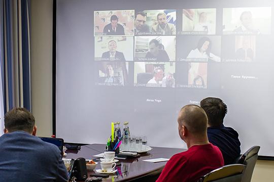 В Набережных Челнах для подключения к эфиру группа предпринимателей собралась в офисе регионального лидера «Партии Роста» Олега Коробченко
