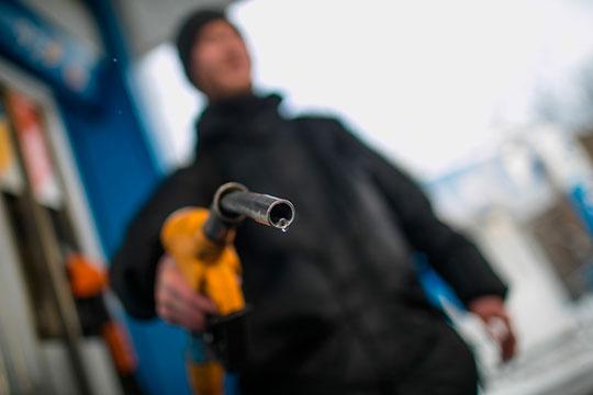 «Совершенно возмутительно, что правительство поддерживает и защищает от международной конкуренции цены на бензин, хотя, конечно же, они должны были упасть»