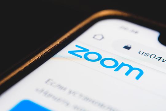 «Два новых слова в фешене — Zoom-вечеринка и Zoom-митинг, когда подбирается верхний лук для встречи с друзьями и коллегами»