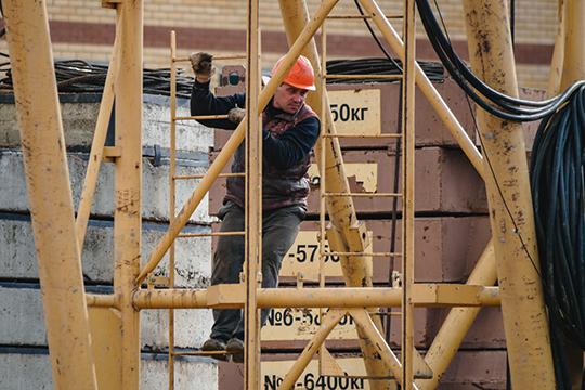 На стройплощадках сегодня работают около 12 тыс человек. «От нормы не хватает иногда 20-50-100 человек максимум. Это в пределах разумного