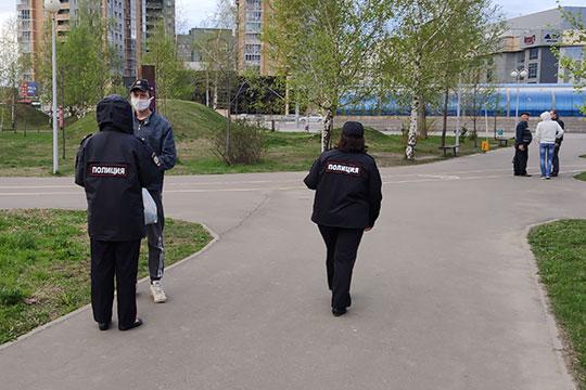 Большое число патрулирующих сегодня наш корреспондент заметил и в парке «Континент» на пересечении улиц Ямашева и Гаврилова