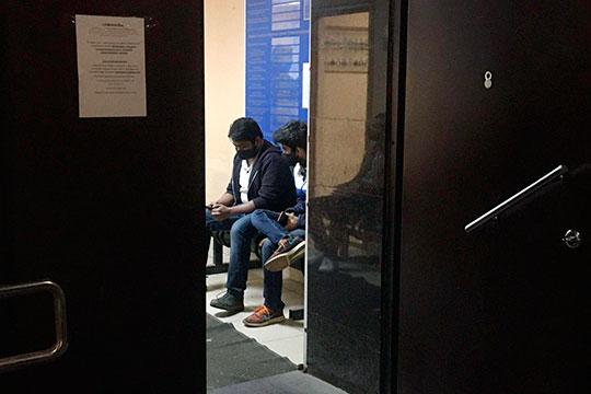 Куда интереснее было в отделе полиции «Вишневский», куда везли нарушителей с парка Горького. Внутри отделения сидело несколько молодых людей, они виднелись из приоткрытой двери и и грустно смотрели вдаль