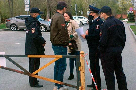 В это же время на входе в парк Горького со стороны улицы Ершова три сотрудника МВД перекрыли и без того узкий вход в парк