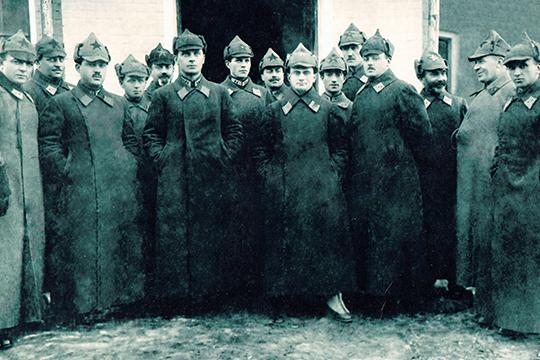 Фотография молодых братьев Панфиловых, где они засняты с Лаврентием Берией в 1930-е годы