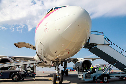 К концу марта пассажиропоток у авиаперевозчиков упал примерно на 80% — примерно настолько же снизилась и выручка, а расходы остались на прежнем уровне
