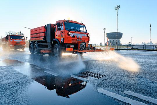 Только вКазани, поданным пресс-службы исполкома города, намойке дорог задействовано 90 поливомоечных и60 вакуумно-подметальных машин