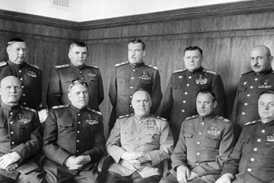 «Г. К. Жуков (в центре снизу)— одна из наиболее ярких фигур среди полководцев Великой Отечественной войны. Пожалуй, столь же сильный характер имел И. С. Конев (слева снизу)»
