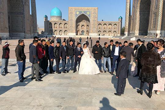 Миллионы трудовых мигрантов из Узбекистана вернулись обратно и привезли с собой не только деньги на свадьбу или новый дом, но и багаж русской культуры, обычаев, наполнили узбекский язык русским сленгом