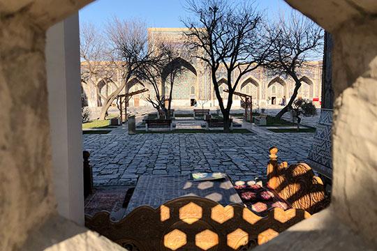 Де-факто в настоящее время в Узбекистане наблюдается перекос в пользу русского языка, особенно это касается деловой документации