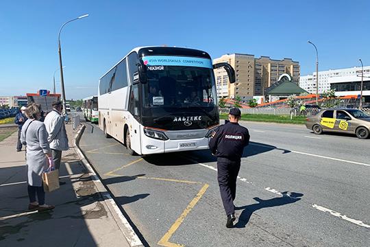Пассажиры, которых выводили люди вформе, разумеется, запроезд неплатили. Кроме того, нанарушении попадались исами шоферы