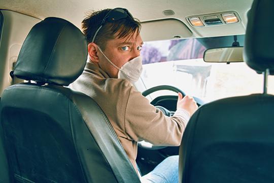 В салоне авто должны быть только один учащийся и инструктор, оба — в масках и перчатках; к занятиям они допускаются только после измерения температуры, а инструктор проходит предрейсовый медосмотр