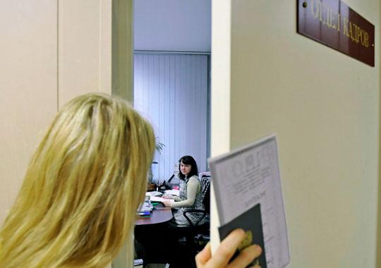 «Можно отправить сотрудника в неоплачиваемый отпуск и задним числом подписать документы, либо расторгнуть с ним трудовые отношения, или выплатить ему компенсацию»