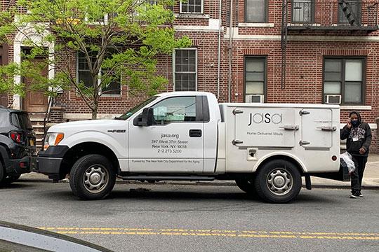 Автомобили для доставки кошерной еды отJasa представляют собой пикап сзакрытым кузовом. Они оборудованы термо-отделами для поддержания температуры продуктов питания