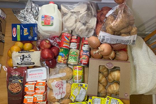 На семью из двух человек я получила замороженные полуфабрикаты, макароны, рис, 5 кг картофеля и других овощей, апельсины, яблоки, упаковку яиц, галлон молока, а также снеки, хлебобулочные изделия и 7 банок консервов