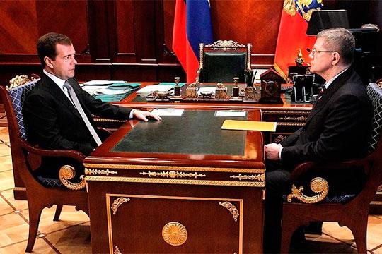 «Ликвидированы центры влияния в лице самого Медведева (слева), а также в лице генпрокурора [Юрия] Чайки (справа)»