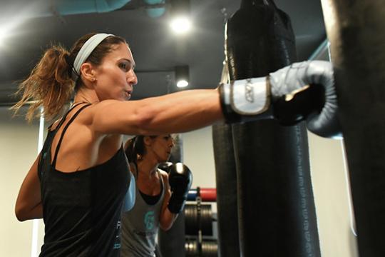 Открываются фитнес-центры, но разрешены только индивидуальные занятия с тренером, при условии, что один тренер одновременно работает только с одним клиентом