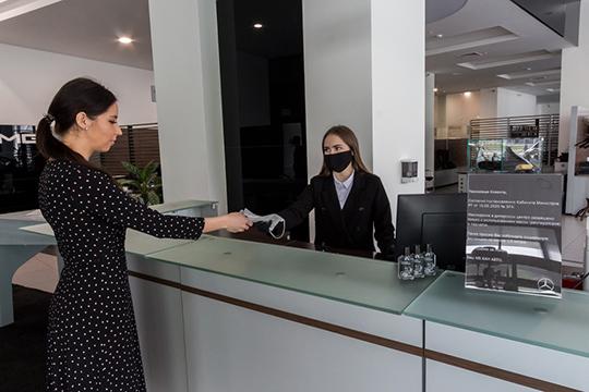При входе вДЦсотрудник рецепции выдает каждому клиенту одноразовые перчатки имаски. Запись клиентов ведется таким образом, чтобы обеспечить временной интервал между ихпосещением автосалона