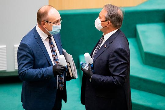 «По стране таких объектов [недостроенные медицинские объекты] немного, но с ними надо что-то делать, — заявил член Совфеда Василий Иконников (слева)