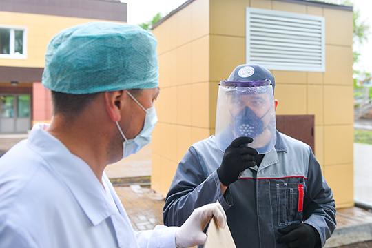 """«Большое спасибо """"Татнефти""""! —говорит врач госпиталяГлеб Шаронов.— Средства защиты внынешней ситуации особенно важны, фактически ихнеможет быть больше, чем нужно, каждая маски для нас ценны инеобходимы»"""
