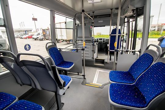 Внутри пассажиров встречает комфортный исветлый салон, сбольшими обзорными окнами