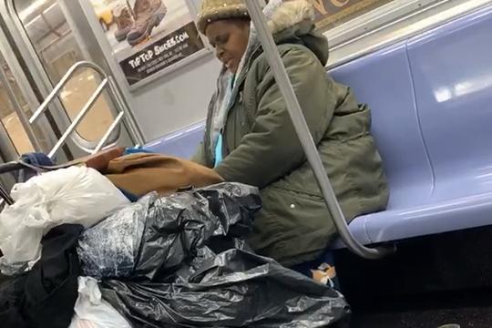 «Правда, уже на следующий день после дезинфекции всей системы метрополитена в социальных сетях были фотографии из вагонов — где, как обычно, на сиденьях спали бездомные люди, обложившись своими вещами»