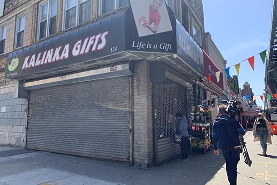 «Магазины и другие общественные места в Нью-Йорке все еще закрыты. Но в некоторых штатах, где ситуация улучшается и количество заражений меньше, постепенно начинают открываться пляжи, фитнес-залы, кинотеатры и торговые центры»
