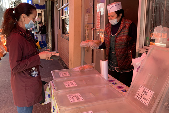 «Женщина, которая торгует выпечкой у станции метро, пожаловалась телевидению, что продажи пирожков из-за пандемии существенно снизились»