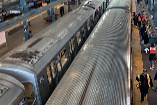 «Все нью-йоркцы знают, что метро в нашем городе функционирует круглосуточно. В этом месяце уже несколько раз на ночь останавливали его работу во всех направлениях»