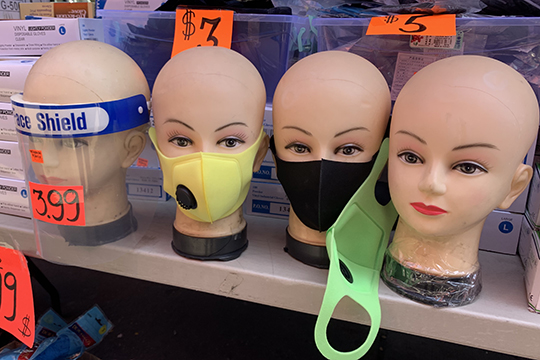 «Я увидела, сколько стоили защитные маски, закрывающие лицо, — пластиковый прозрачный экран (называется face shield) на Брайтоне можно купить за $4, но не за $20»