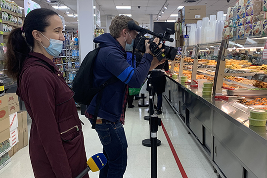 «На прошлой неделе в соцсетях со мной связались журналисты с Украины. Они попросили помочь сделать видеорепортаж о том, как повлиял COVID-19 на жизнь на Брайтон-Бич»