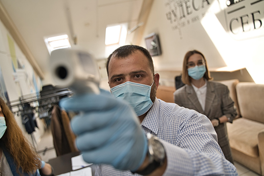 На входе в офисное помещение на территории Адмиралтейской слободы у каждого гостя измеряли температуру, вручали перчатки и маски