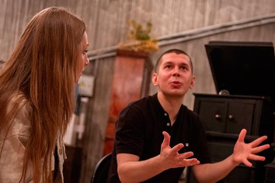 Известен Михеев и как меценат. Вот уже несколько лет в Кировской районе, неизбалованном культурными событиями, есть свой театр, а его создатели (на фото) не устают благодарить Михеева