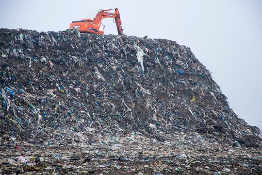 Мусор общим весом 45млн тонн собрался наСамосыровской свалке за75 лет эксплуатации. Кначалу рекультивации ееплощадь составляла 29 гаили 40 футбольных полей, высота местами достигала 45 метров