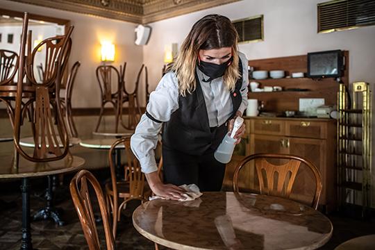 «А вы готовы ходить в ресторан, если вас будет обслуживать официант в маске и перчатках? Нет! Поверьте мне. Просто поесть можно и дома. А в ресторане важна атмосфера»