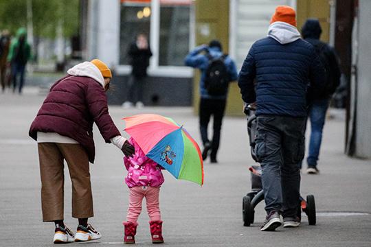 «То, что родителям детей раздают по 10 тыс. рублей — да, это мера, которая чуть-чуть смягчает удар по покупательной способности людей, по их благосостоянию»