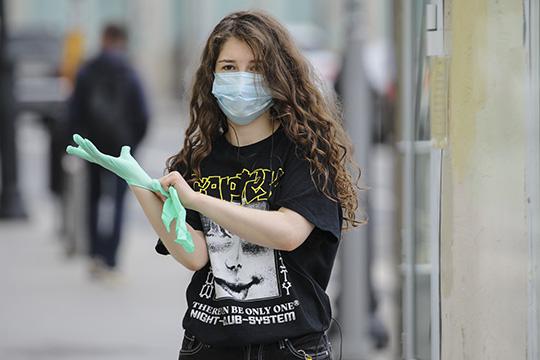 «Вирус сам нелетает— онрастворен вкапле слюны. Даже если онпопадет начеловека через маску, маска уменьшит количество вирусных частиц. Итогда человек можете заболеть, новлегкой форме»