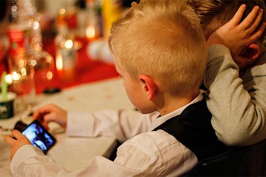 «Если ребенок при мне на перемене сидит в телефоне, я подхожу и спрашиваю: «Дай, пожалуйста». Кладу телефон на полочку в приемной — после уроков заберешь. Без проблем. Когда не отдают, тогда звонок маме»