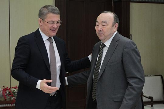 «Рахимова (справа) в политической повестке сейчас нет. Проблем Хабирову (слева) он не создает. Но и специально тащить его, накачивать, делать из него какую-то значимую фигуру Хабирову незачем. Все, время Рахимова давно ушло»