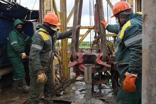 «Текущая оценка снижения добычи нефти в России — от 17 до 19 процентов. При этом экспорт российской нефти летом может упасть еще больше — примерно до половины от докризисного объема»
