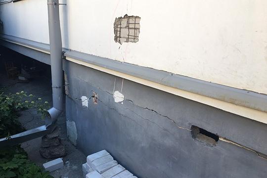 Деформации подверглись жилые дома на ул. Лево-Булачная, 50, литеры «А» и «В». Это «создало условия, представляющие опасность жизни и здоровья граждан»