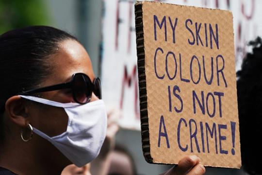 «Одно время было принято считать, что расовые противоречия отступили на второй план, как оказалось — нет, они тлеют, их стало меньше заметно на фоне социального расслоения»